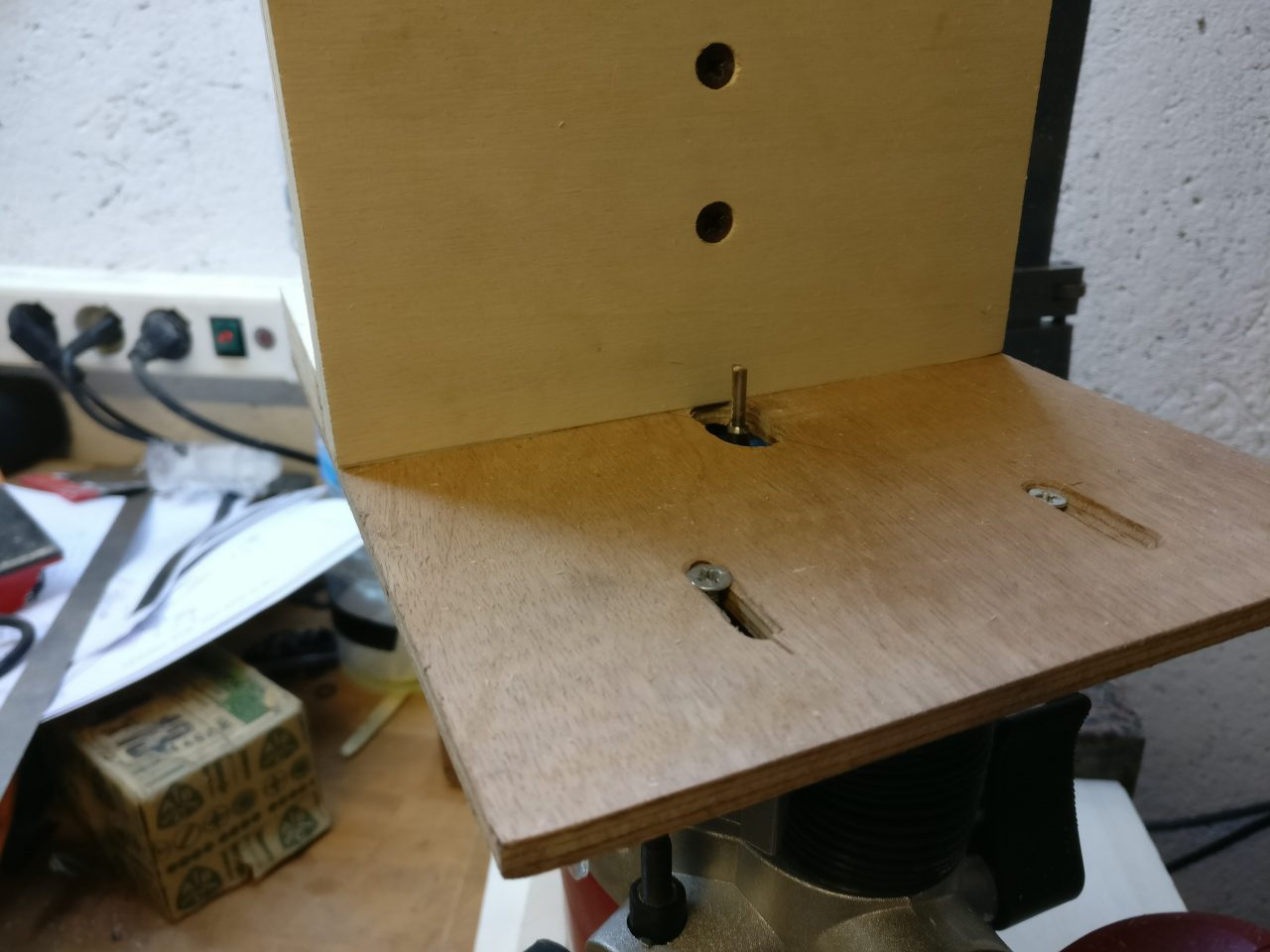 Converting a plunge router to a simple biscuit joiner